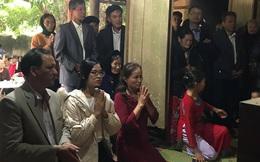 Hoa hậu Đỗ Thị Hà hỏi thăm và trao quà cho những hoàn cảnh khó khăn, cùng bố mẹ cúng bái Tổ tiên tại quê nhà Thanh Hoá