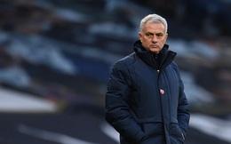 """Hết """"cúi đầu"""" trước Klopp, HLV Mourinho lại nhận trái đắng vì Bầy Cáo"""