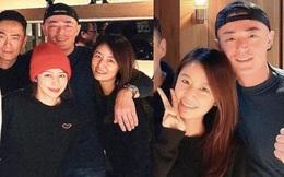 Vợ chồng Lâm Tâm Như tụ tập với nhóm bạn, nhìn cách Hoắc Kiến Hoa chụp ảnh cùng bà xã là biết tình cảm cặp đôi ra sao