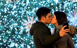 24h qua ảnh: Cặp tình nhân hôn nhau trong ánh đèn Giáng sinh