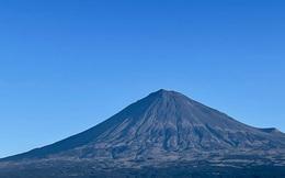 Núi Phú Sĩ trông khác thường so với mọi năm khiến dân mạng Nhật Bản hoang mang, sợ đại họa núi lửa lại phun trào