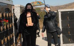 Hình ảnh cuối cùng trong lễ an vị nghệ sĩ Chí Tài: Phương Loan thất thần, hôn gió tiễn biệt chồng