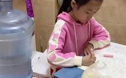 Con gái làm bài tập 2 tiếng đi toilet chục lần, bà mẹ bất lực chuyển hẳn bàn học vào nhà vệ sinh, dân mạng tranh cãi dữ dội