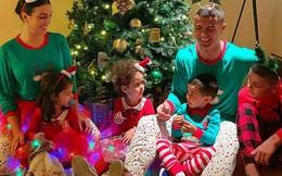 """Sao bóng đá nô nức đón Giáng sinh: Ronaldo cười hết cỡ khiến con gái ra mặt bực bội, gia đình Messi diện nguyên cây đỏ đúng chất """"festive"""""""