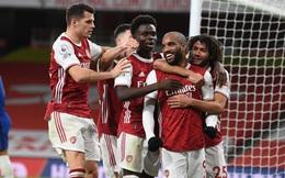 """Arsenal bất ngờ """"nhấn chìm"""" Chelsea; Man City lặng lẽ áp sát top 4"""