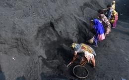 24h qua ảnh: Công nhân làm việc tại bãi than ở Bangladesh