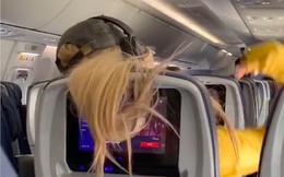 """Video: Khách ngồi ghế trước xõa tóc che hết màn hình, cô gái có màn """"trả đũa"""" cực gắt"""