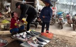 Con đi Nhật 3 năm bất ngờ về nước, gặp bố bị mắng không trượt phát nào nhưng xúc động nhất là phản ứng của người mẹ bán cá