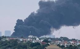 Cháy lớn tại bãi cỏ dưới chân cầu Thanh Trì