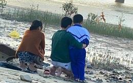 Vụ nghi vấn vợ ôm con nhỏ nhảy cầu tự tử: Chồng đau đớn ôm con bên bờ sông chờ đợi