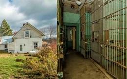 Căn nhà đẹp như mơ được rao bán giá rẻ bèo vì nối liền nhà tù 7 phòng giam rùng rợn nhưng không gian sống chính lại gây ngỡ ngàng hơn cả