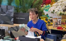 Đàm Vĩnh Hưng choáng trước hộp quà đựng 2 tỷ tiền mặt