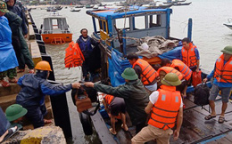 Tàu chìm ở Cù Lao Chàm, 10 người thoát chết