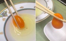 """Trứng Nhật Bản """"xịn"""" đến cỡ nào: Dùng tay hay dùng đũa cũng có thể tách lòng đỏ cực dễ, quả là """"xứ sở của sự hoàn hảo""""!"""