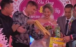 """Clip cô dâu cười ngặt nghẽo trên sân khấu khi nhận quà cưới từ anh trai, dân mạng hài hước: """"Ban đầu tưởng máy rửa bát cơ chứ"""""""