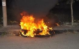 Thấy bạn gái bị trêu, nam thanh niên cầm gạch đánh nhau rồi gọi bạn đến đập phá 2 chiếc xe máy