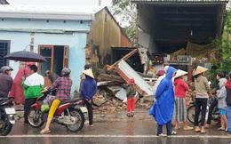 Xe container mất lái tông sập nhà dân