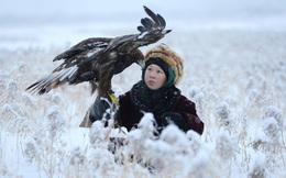 24h qua ảnh: Cậu bé mang đại bàng đi săn giữa tuyết trắng