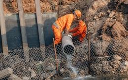 """Ảnh: Lắp đặt hệ thống cống ngầm được kỳ vọng """"hồi sinh"""" sông Tô Lịch"""