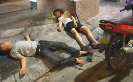 2 thanh niên vứt xe trên đường, nằm ngủ bên bốt điện khiến người dân phải hất nước gọi dậy