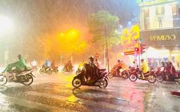 Hà Nội đón 'mưa vàng' giải nhiệt sau những ngày oi nóng kỷ lục