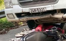 Xe máy nát bét dưới gầm xe tải, 2 người tử vong tại chỗ