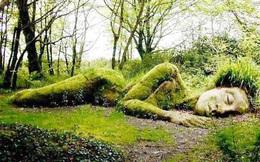"""Lạ kỳ bức tượng thiếu nữ nằm ngủ được mẹ thiên nhiên tặng  """"xiêm y"""" thay đổi theo 4 mùa"""