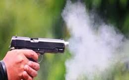 Bị ném vỏ chai bia sau khi ăn uống trong quán, Thượng úy cảnh sát rút súng bắn khiến 1 người bị thương