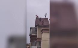 """""""Đau tim"""" trước cảnh 4 em nhỏ leo trèo trên mái tòa chung cư 32 tầng"""
