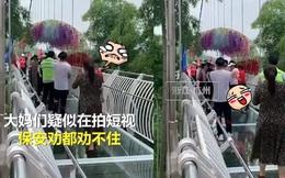 Các bà cô Trung Quốc kéo nhau lên cầu kính nhảy aerobic khiến dân tình sợ tái mào