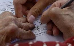 Mất 2 năm vẫn không thể hoàn tất hồ sơ ly hôn, cụ bà mù chữ luyện chữ ký trong 12 tháng liên tục mới chia tay được chồng già