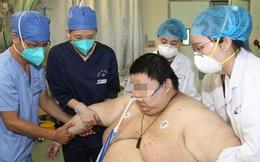 Ở trong nhà 5 tháng trời để tránh dịch, thanh niên tăng liền hơn 100 kg đến nỗi gia đình và 10 y bác sĩ phải hợp lực khiêng đi cấp cứu