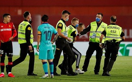 Barca đá không khán giả, fan cuồng vẫn lao vào sân tiếp cận Messi
