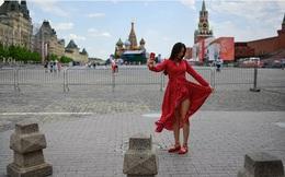 """7 ngày qua ảnh: Cô gái chụp ảnh """"tự sướng"""" trên quảng trường Đỏ"""