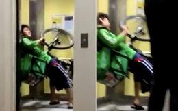 Mắc kẹt cùng chiếc xe đạp trong thang máy với tư thế kỳ lạ, anh chàng shipper khiến mọi người cười bò khi tiết lộ lý do