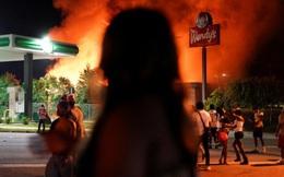 Truy tìm cô gái da trắng bị nghi đốt nhà hàng Mỹ trong lúc biểu tình