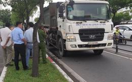 Chạy vào làn xe máy có biển cấm ô tô, xe chở rác cán chết người ở Sài Gòn