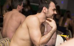 Hẹn hò khỏa thân có gì hay mà thanh niên Anh đổ xô tham gia?