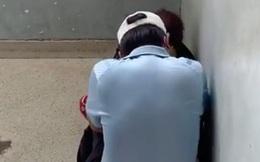 Biết mình bị ung thư ác tính, cô gái trẻ ngỡ như trời đất sụp đổ, nhưng nhìn thấy đôi vợ chồng khóc nức nở ở góc bệnh viện càng khiến cô gái sững sờ