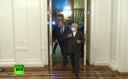 Gặp quan chức Nga, Ngoại trưởng Iran đeo và tháo khẩu trang liên tục
