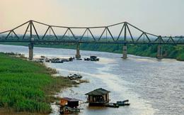 Đóng một luồng tàu chạy vì nghi có bom gần cầu Long Biên