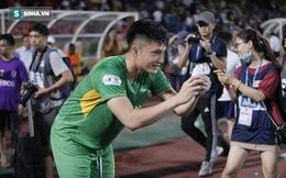 """Ăn mừng cùng Phan Văn Đức, cựu thủ môn U23 Việt Nam gặp cảnh """"dở khóc dở cười"""" vì fan nhí"""