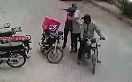 Vụ cướp kì quặc: Thấy nạn nhân khóc liền trả lại tiền, sau đó ôm ấp bắt tay để an ủi