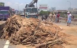 Vừa làm lốp xong, xe tải rớt bánh lật trên Quốc lộ 1A, nhiều người hoảng sợ