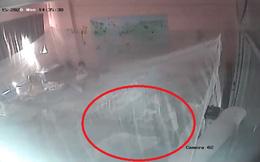 Kiểm tra camera thấy con trai bị xô ngã tới tấp, phụ huynh Hà Nội nghi cô giáo mầm non bạo hành con?