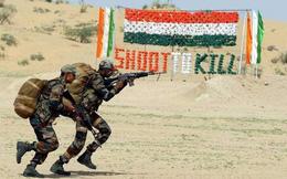 Lính TQ khoe bịt mắt tháo lắp súng, binh sĩ Ấn Độ trình diễn đáp trả chỉ bằng một tay