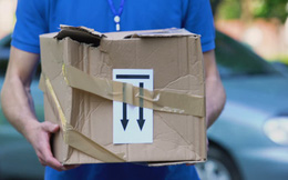 Nhận được bưu phẩm bốc mùi, 12 nhân viên bưu điện phải cấp cứu, cả tòa nhà sơ tán gấp, mở ra ai cũng bất ngờ với thứ bên trong