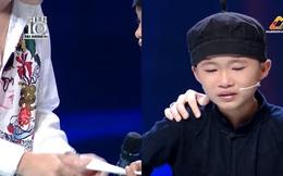 Em bé miền núi bật khóc khi được Trấn Thành tặng 20 triệu tiền mặt trên sân khấu