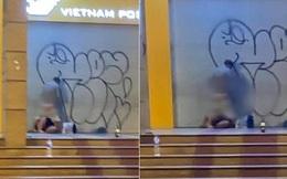 Cặp đôi thản nhiên 'mây mưa' trước Bưu điện Hà Nội giữa đêm tối, mặc nhiều người đi đường phẫn nộ