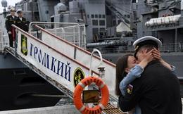 7 ngày qua ảnh: Thủy thủ Nga ôn hôn thắm thiết bạn gái trên bến cảng